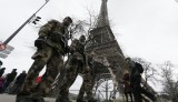 """French soldiers patrol near the Eiffel Tower in Paris as part of the """"Vigipirate"""" security plan December 23, 2014. French security forces stepped up protection of public places on Tuesday after three acts of violence in three days left some 30 wounded and reignited fears about France's vulnerability to attacks by Islamic radicals.  REUTERS/Gonzalo Fuentes (FRANCE - Tags: TRAVEL MILITARY POLITICS) - RTR4J2O9"""